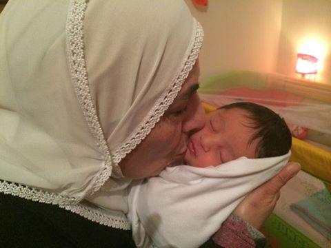 Nora con la nieta nacida el día que estuvo a punto de ser desalojada por los colonos.