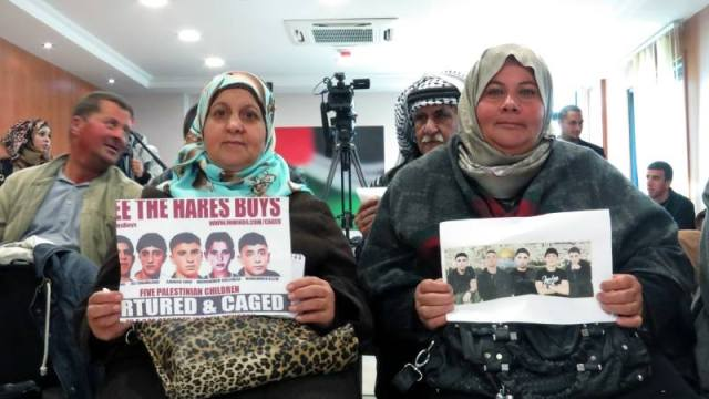 El padre de Ammar Souf y las madres de Ali Shamlawi y Mohammed Suleiman durante una conferencia de prensa en Ramala.