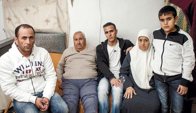 Integrantes de la familia a punto de ser desalojados de su hogar en Sheik Sharrah