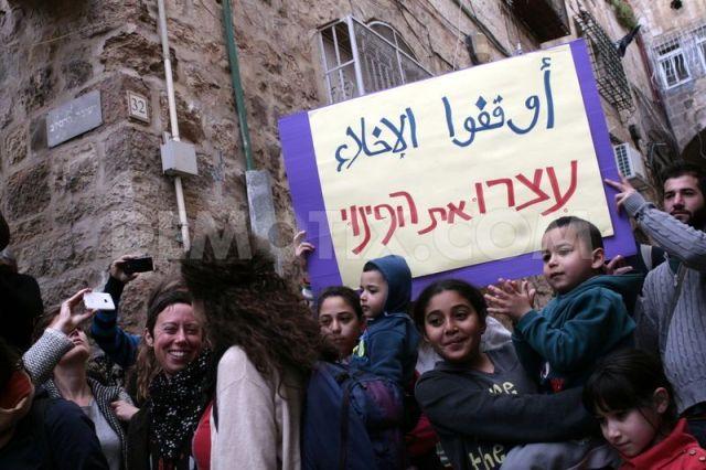 Activistas y vecinas corean consignas contra la judaización del barrio (