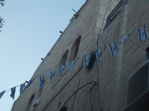 Banderas de Israel en casas del barrio musulmán tomadas por los colonos.