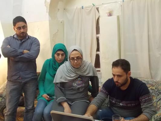 Nora con su hija e hijos leyendo las noticias sobre su caso