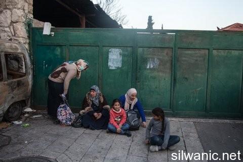 La familia Al- en la entrada de su vivienda a la que ya no les permiten entrar.