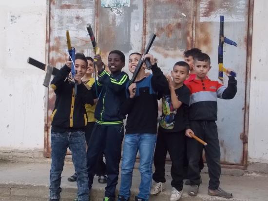 Niños con armas de juguete en el campo de refugiados de Yenín (María Landi).