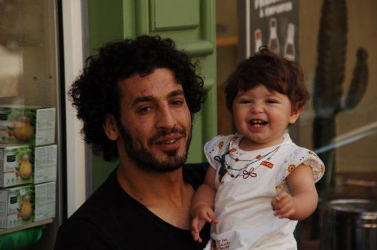 Nabil y su hija Mina el día de su primer cumpleaños. Foto sin crédito