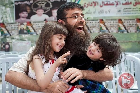 Adnan con sus dos hijas poco después de ser liberado en 2012. (Ahmad Al-Bazz)