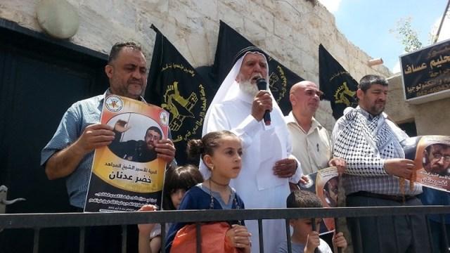 El padre y las hijas de Adnan en Yenín el 12 de junio (The Palestinian Information Center).