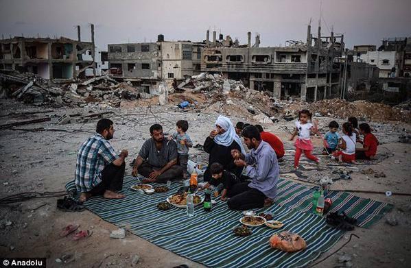 Familia gazatí compartiendo el iftar en las ruinas de su hogar, en Shuyaiya.