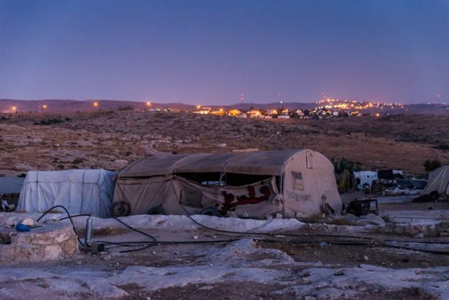 Los residentes de Susiya viven en carpas y cuevas sin acceso a agua corriente ni electricidad. El asentamiento ilegal israelí cercano posee de estos servicios básicos en abundancia.