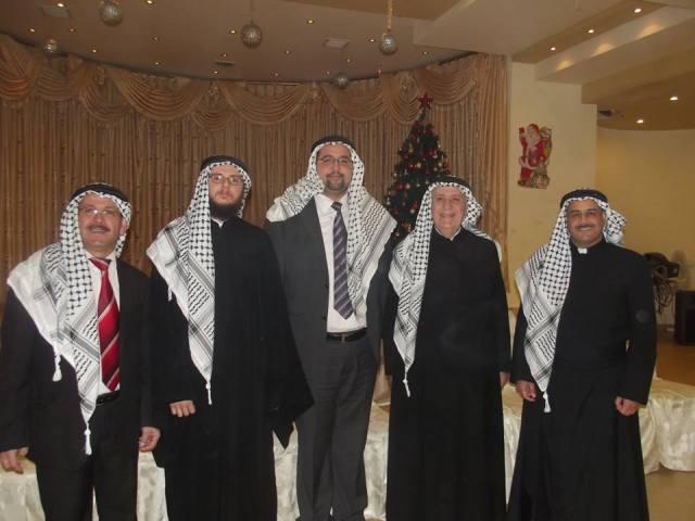 Tres de los sacerdotes de Nablus (ortodoxo, melquita y anglicano) con la kuffiah palestina en la fiesta de Navidad.