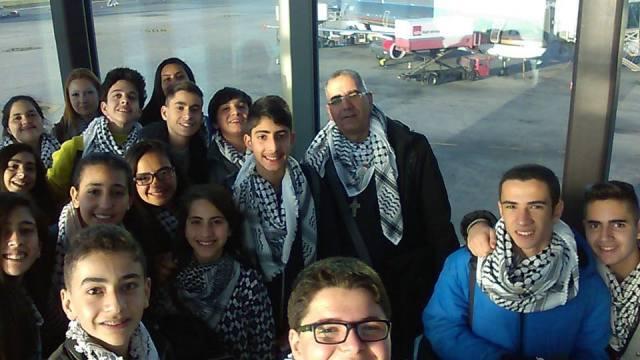 Estudiantes del colegio San José en un viaje a Europa con el padre Johnny Abu Jalil.