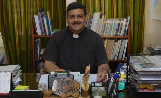 El sacerdote Ibrahim Nairuz en su despacho de la iglesia San Felipe.