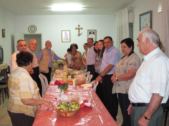 Yusef y su comunidad recibiendo la visita de un pastor canadiense.