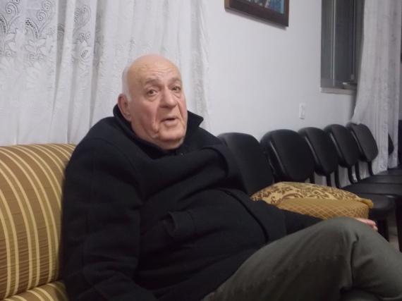 El P. Yusef conversando en su parroquia de Rafidia.