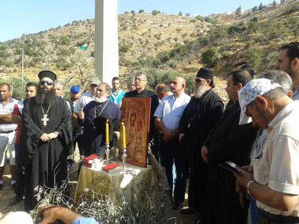 Cristianos/as de varios ritos rezando contra el Muro en Beit Yala (Foto: EAPPI).