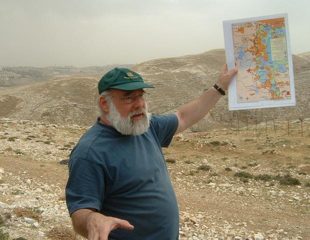Jeff Halper en uno de los tours del ICAHD en E1, una zona ubicada en las afueras de Jerusalén, en la cual Israel planea expulsar a la población beduina para construir más colonias judías y dividir definitivamente el norte del sur de Cisjordania. (Foto: Jonathan Cook).