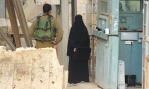 Hadil en el checkpoint dispuesta a abrir su maletín para mostrarlo a los soldados.
