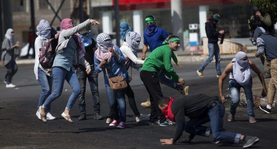 Jóvenes palestinos tiran piedras a soldados israelíes a las afueras de Ramala. / ATEF SAFADI (EFE)