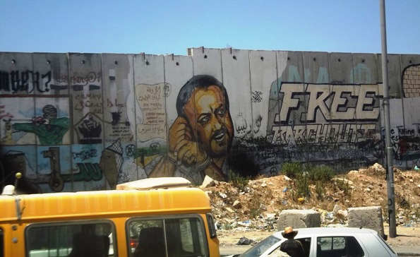 Grafiti pidiendo la libertad de Marwan Barghouti. Muro en el puesto de control de Qalandia. Foto: Tali Feld Gleiser.