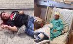 Ahmad sangrando en la calle y luego en el hospital.