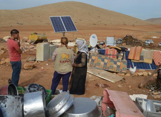 El equipo del EAPPI recogiendo información en Al-Hadidiya después de la demolición (H.Hanssen).
