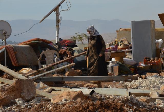 Una habitante de Al-Hadidiya junto a las ruinas después de que todas las instalaciones familiares fueron demolidas (H.Hanssen).