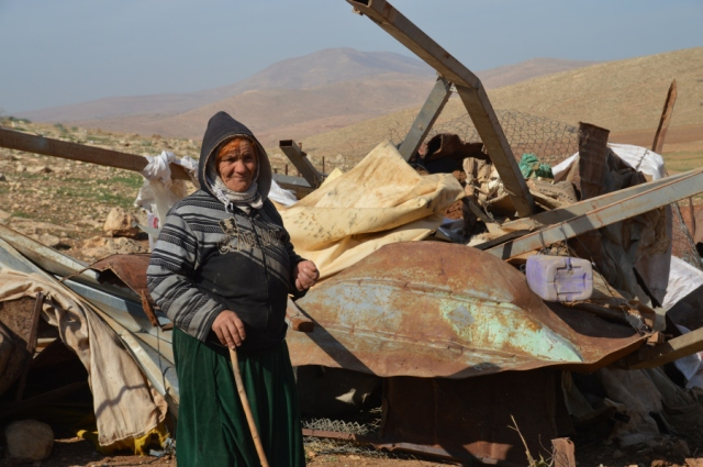 Residente de Al-Hadidiya frente a lo que eran las viviendas de su familia y animales (H.Hanssen).