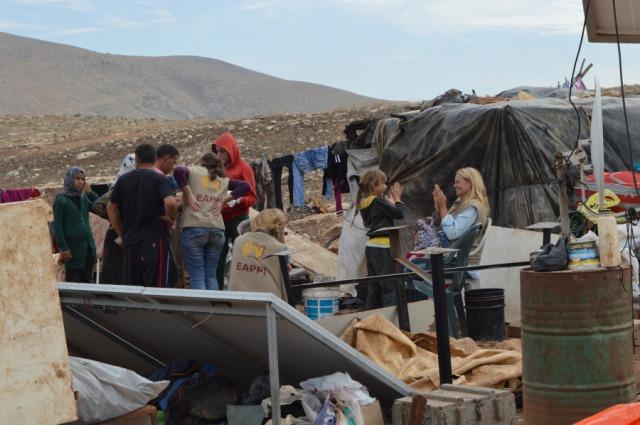 El equipo visitando a Al-Hadidiya después de otra demolición el 28/11. (J.Puukki).