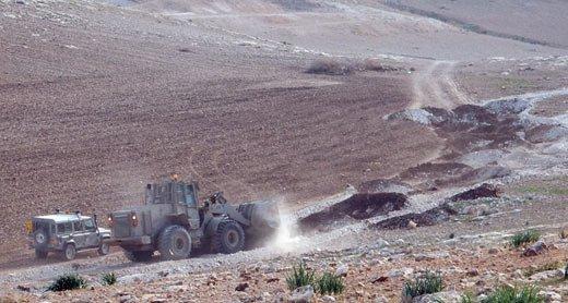 El ejército israelí destroza el camino recién reparado (Aref Daraghmeh).