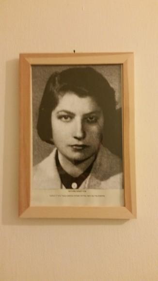 Retrato de Zivia Lubetkin, heroína del Gueto de Varsovia, en la oficina del kibutz HaMahanot Haolim en territorio ocupado.