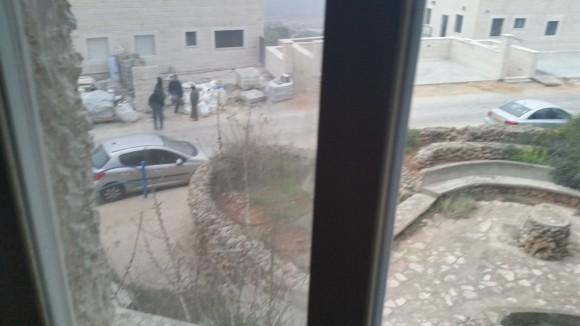 Desde la ventana de mi habitación en la colonia Shilo, tomé esta foto a obreros palestinos en una casa en construcción mientras esperan ser trasladados a los portones de la colonia al final de la jornada. 15/1/16.