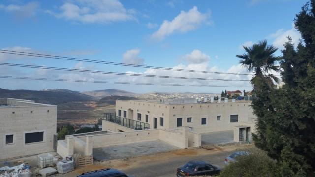 Desde mi ventana, mi anfitrión me dice que se ven cinco colonias: Maale Levona, Givat Harel, Ariel, Eli y, en primer plano, Shilo.