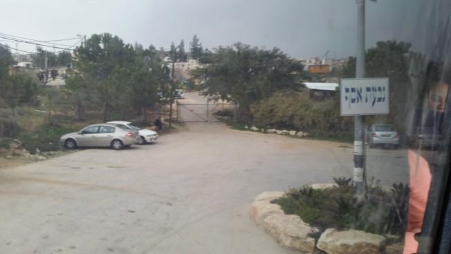 Giv'at Asaf es una pequeña colonia escondida de la carretera en las Colinas de Judea, cerca de Shilo y Ofra. Construida en tierras palestinas, ha bloqueado el acceso de la población palestina a la autopista 60 adyacente.