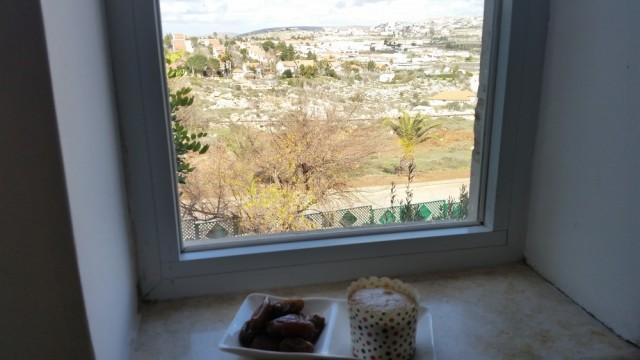 Desayuno de dátiles y muffin en la colonia Ofra.