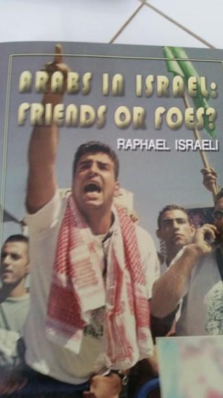 Un libro publicado por la Universidad de Ariel en mi apartamento en la colonia Ofra.