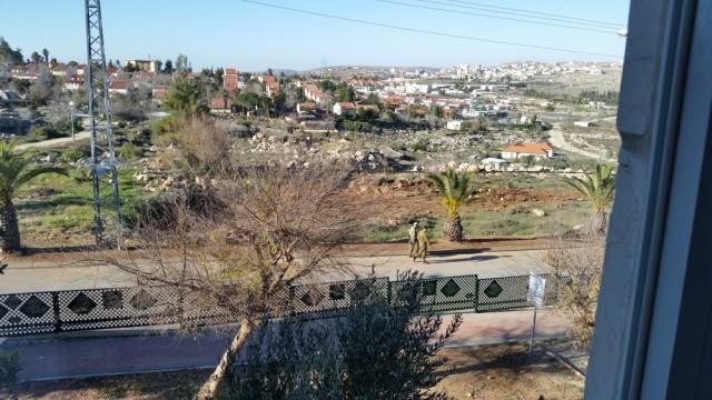 Soldados caminan por la colonia Ofra en el Sabbath. 16/1/16.