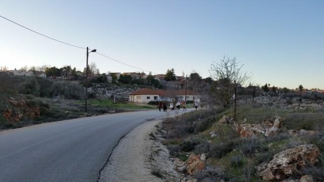Niñas colonas hacen una competencia de salto largo en una calle de Ofra, durante el Sabbath. 16/1/16