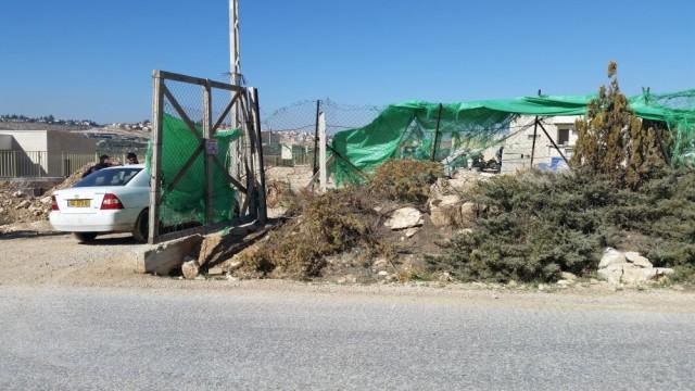 En esta foto se puede ver a obreros palestinos trabajando dentro de la colonia israelí Nokdim. Al centro a la derecha, varios de ellos están sentados, descansando. 13/1/2016.