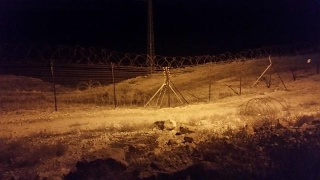 Caminando por el perímetro del kibutz Naaran de noche. Notar los alambres de púa detrás de la cerca.