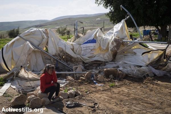 Una niña junto a las ruinas de la demolición en la comunidad Fasayil, Valle del Jordán. 10/2/16.