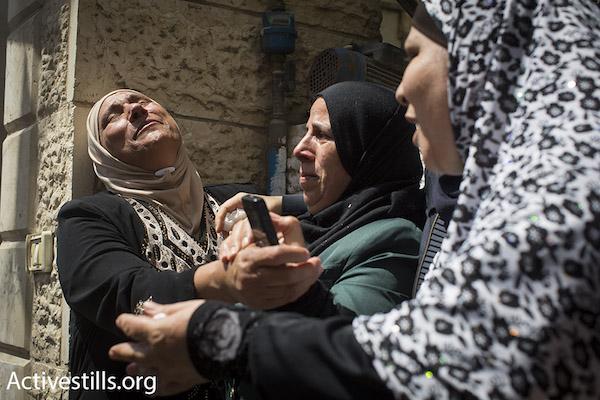 Familiares en el funeral de Muhammad Abu Latifa, asesinado por un comando especial de la policía israelí durante una invasión del campo de refugiados de Qalandiya, el 27/7/15 (Oren Ziv/Activestills.org).