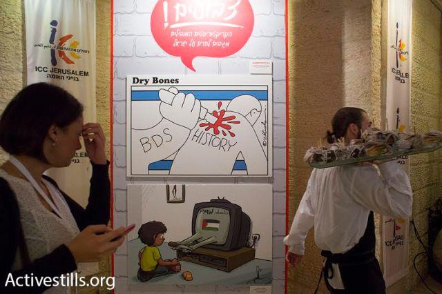 Posters anti-BDS adornan las paredes del Centro de Convenciones de Jerusalén durante la primera conferencia para combater el BDS en Israel.  (Oren Ziv/Activestills.org)