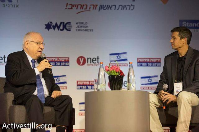 """El Presidente Rivlin entrevistado durante la conferencia """"Stop BDS"""" organizada por el diario Yedioth Ahronoth en Jerusalén, 28/3/16. (Oren Ziv/Activestills.org)"""