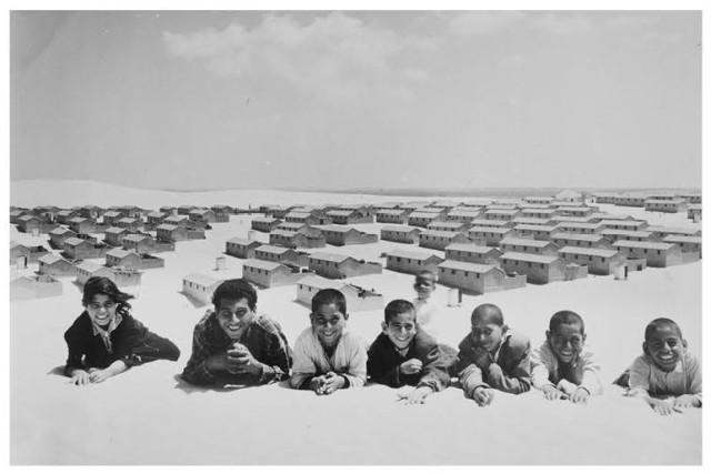 """""""Casas de bloques de cemento reemplazan las tiendas de campaña de los campos de refugiados, Khan Younis, Faja de Gaza"""" 1955 (Foto/J. Madvo, Archivos fotográficos UNRWA). Al día de hoy, el 80% de la poblacion de Gaza – 1.2 de 1.5 millones – son refugiados y viven en algunas de las zonas más densamente pobladas del planeta."""