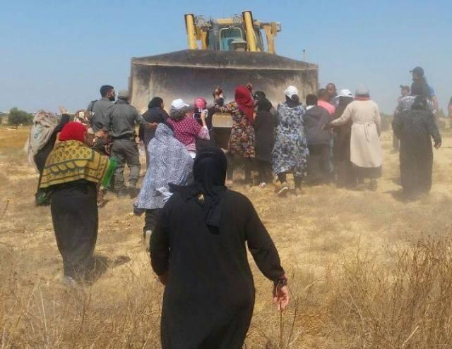 Mujeres de Al-Araqib resistiendo la 101 demolición de su aldea. Foto Tarabut Hithabrut