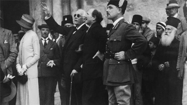 El político británico Lord Arthur Balfour señala una característica de la Iglesia del Santo Sepulcro al gobernador Sir Ronald Storrs durante una visita a Jerusalén, abril de 1925 [Getty]