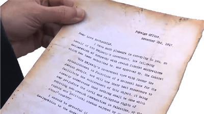 La Declaración Balfour es una carta escrita por el entonces ministro de Asuntos Exteriores Arthur James Balfour confirmando el compromiso del Reino Unido para establecer un Estado judío en Palestina [Al Jazeera ]