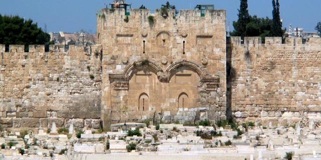 Adyacente a la Puerta Dorada de Jerusalén, también es conocida como Puerta de la Misericordia se encuentra el cementerio musulmán de Bab al Rahma que data de los primeros días del Islam.