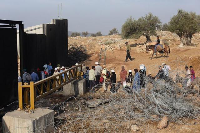 Familias-palestinas-esperando-para-cruzar-el-muro-y-poder-acceder-a-sus-tierras-foto-de-oren-ziv-activestills