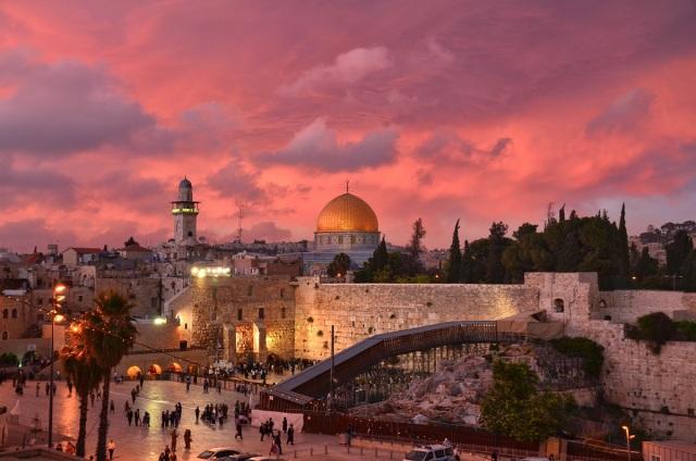 El Muro de los Lamentos y detrás la Explanada de las Mezquitas, con la dorada Cúpula de la Roca. Jerusalén Este, Palestina ocupada. (Lonely Planet).